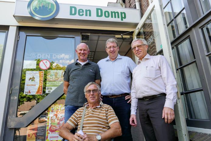 De vier voorzitters van verenigingen die Den Domp gebruiken en zich zorgen maken over de toekomst van het gemeenschapshuis in Haaren. Zittend: Norbert Verbraak. Staand vlnr rechts: Addy Slaats, Adri van Haaren en Frans van den Oetelaar.