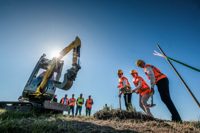 De start van de aanleg van glasvezel in Zieuwent, eerder dit jaar.