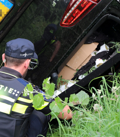 Politie vindt doos met wiet in achterbak gecrashte auto