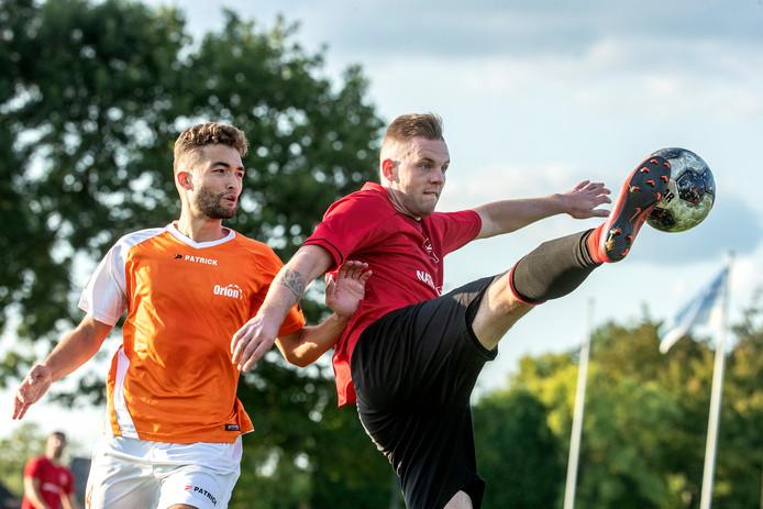 Robin van Otegem van AVW'66 (rechts) scoorde 1-0 uit een strafschop. Foto Jan van den Brink
