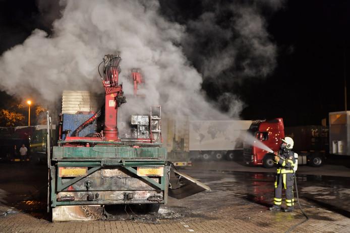 Brand bij de oplegger wordt geblust.