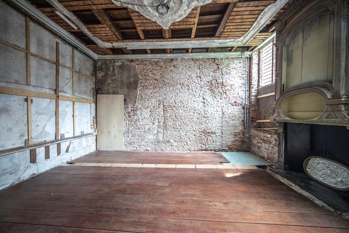 Op sommige plekken in het voormalige museum werden meerdere houten vloerlagen weggehaald, waarna een vloer opdook die enorm verzakt bleek. Daarom zat de schrik er goed in.