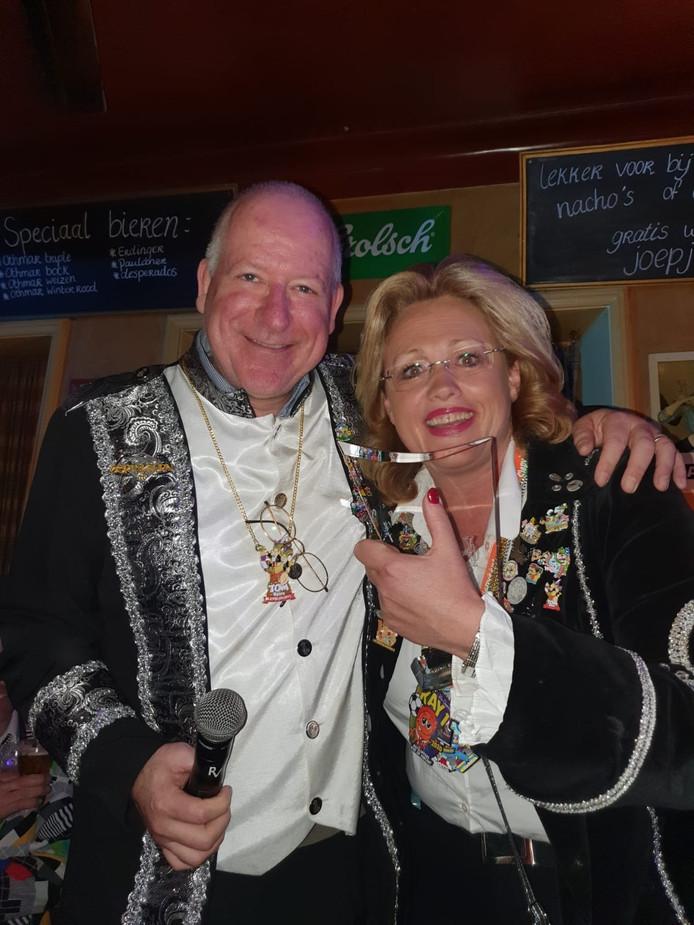 De Jan Gat Award in Weerselo ging naar Esmaralda Bijen. Links burgemeester van Dinkelland, John Joosten.