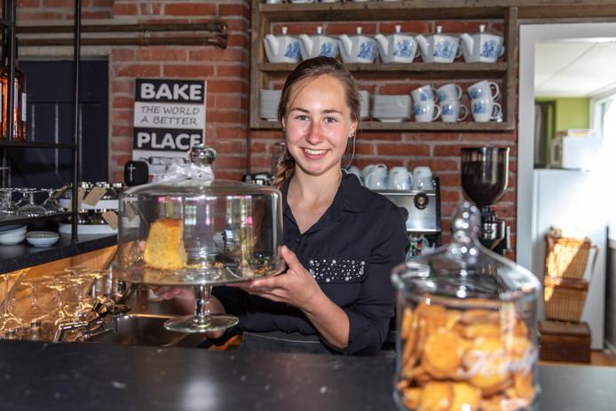 Anne-Fleur Goud werkt in het campingrestaurant van haar oom.