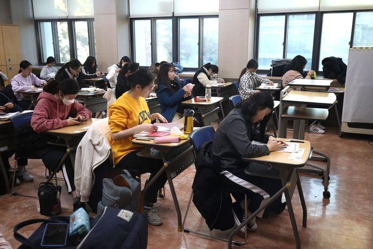 Op de jaarlijkse examendag in het najaar wordt het vliegverkeer boven de examenlocaties stilgelegd om de scholieren niet te storen Beeld Getty Images