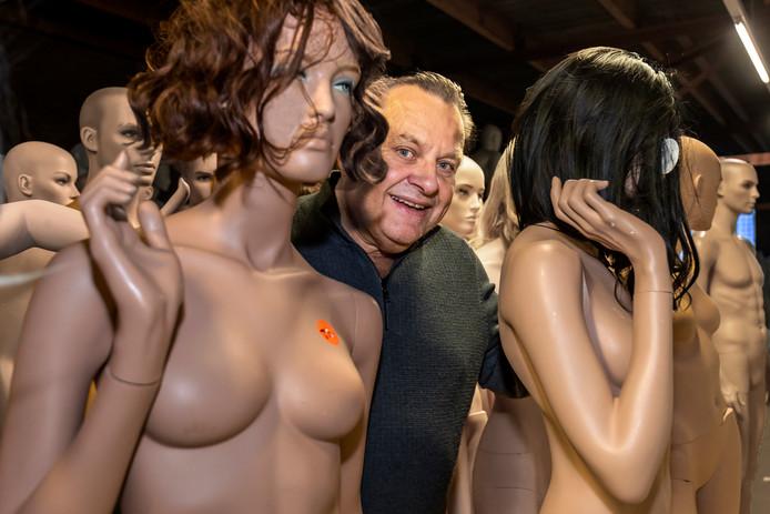 Fred Kaatee van Gruppo Corso tussen zijn paspoppen.
