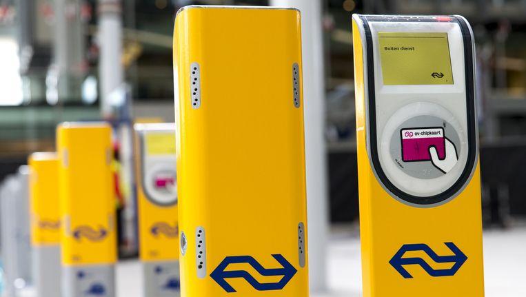 Nederlandse reizigers moeten na vijf jaar weer voor 7,50 euro een nieuwe kaart aanschaffen Beeld anp