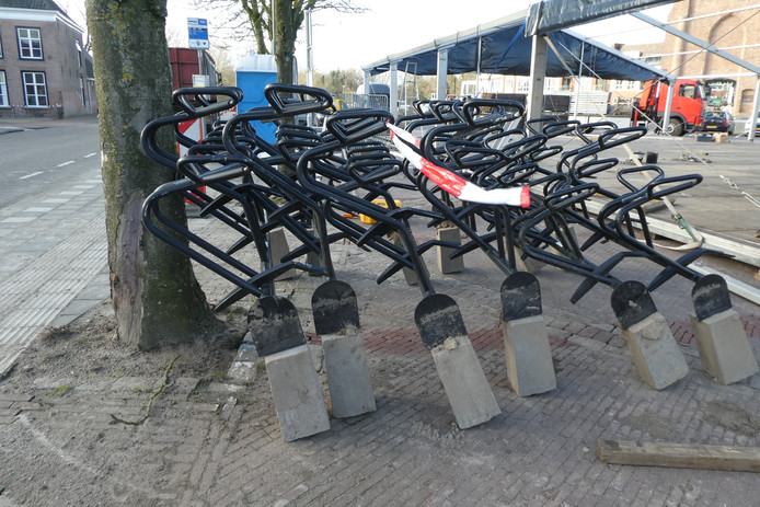 De fietsenrekken komen naast het oude raadhuis.