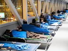 Gestrande reizigers Schiphol overnachten op 1300 veldbedden