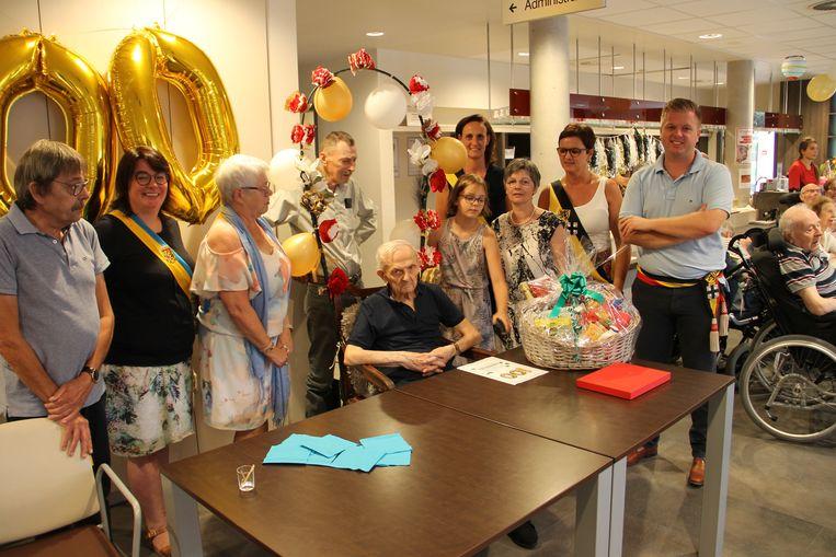 Cyriel Dewiele mocht honderd kaarsjes uit blazen in woonzorgcentrum Sint-Vincentius in Kachtem.