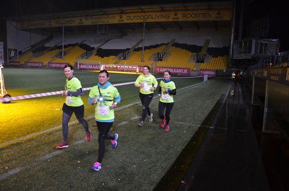 Deze deelnemers genieten van hun passage door het Daknamstadion van Sporting Lokeren.