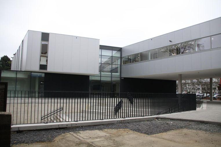 De nieuwbouw van het college is erg modern geworden, met veel ramen.