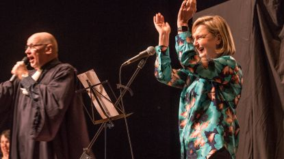 VIDEO: Hilde Crevits gaat Flip Kowlier achterna met West-Vlaamse rap