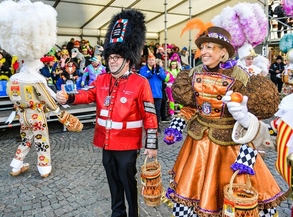 Burgemeester Christoph D'Haese en CD&V-kopvrouw Ilse Uyttersprot tijdens de carnavalstoet van februari in Aalst.