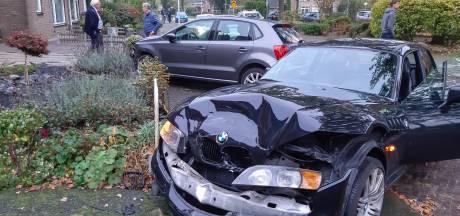 Bestuurder BMW ramt geparkeerde auto in woonwijk Dalfsen