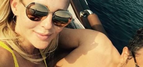 Chantal sexy in zomers knalgeel en Bridget happy in de zon