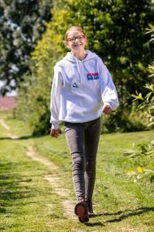 Puck (12) uit Ter Aar loopt met honderd kinderen de Nijmeegse Vierdaagse