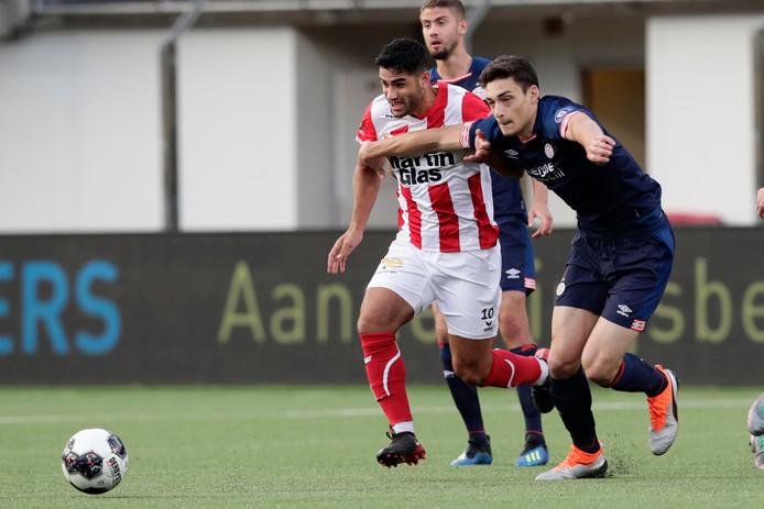 Huseyin Dogan, hier in duel met Maxime Soulas van Jong PSV, maakte de 2-0.