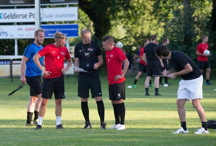 Silvolde-trainer Stéven Verheijen instrueert Brian Smit (rechts) en Chiel Terhorst.