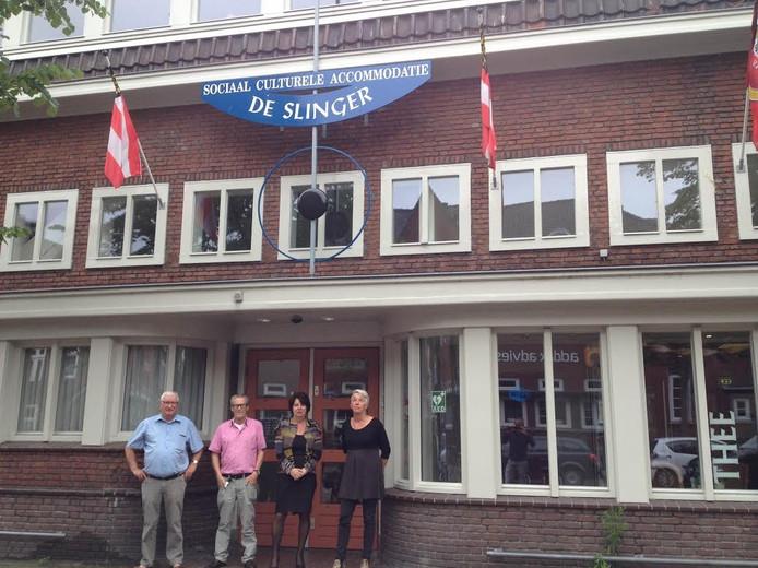 Wijkcentrum De Slinger, met het oude en een deel van het nieuwe bestuur