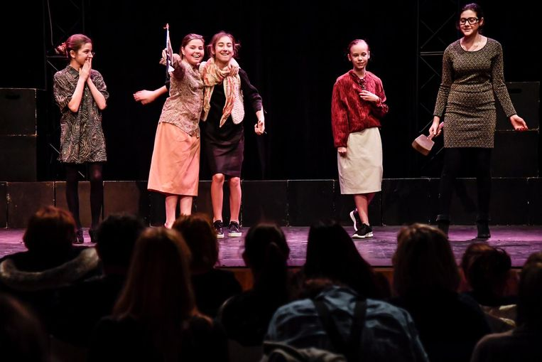 Leerlingen tijdens de poëzievoorstelling.