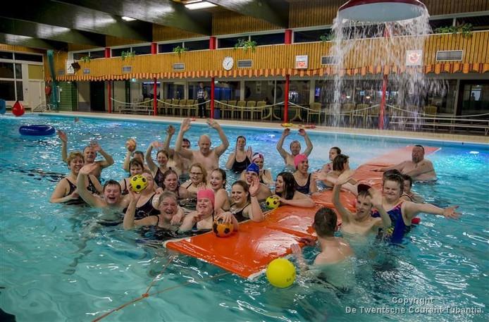 Leden van De Klup zwemmen in het Vriezenveense bad De Stamper.