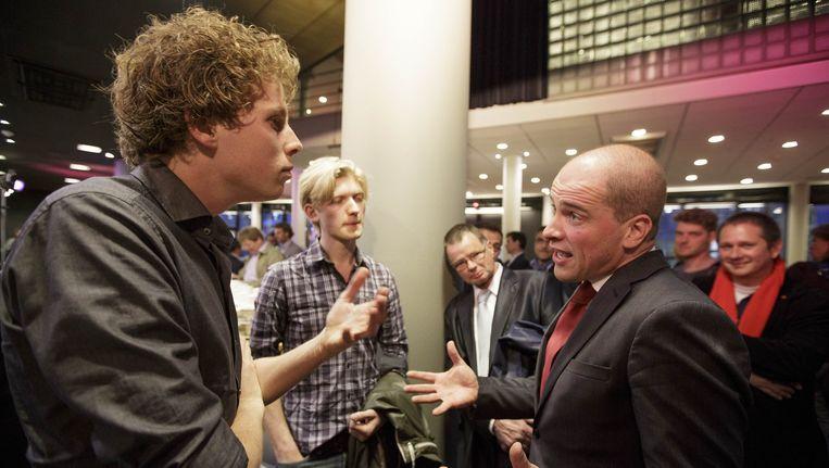 PvdA-leider Diederik Samsom in gesprek met partijgenoten na afloop van een ledenbijeenkomst in Den Haag over het strafbaar stellen van illegaliteit. Beeld ANP