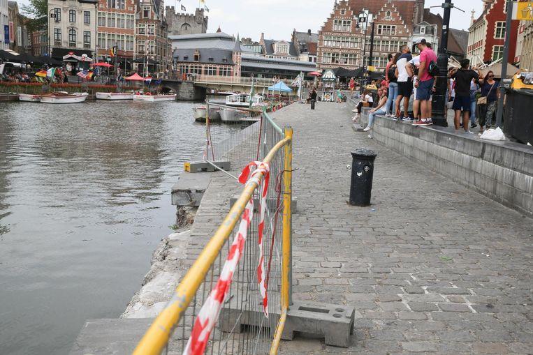 Een boordsteen aan de Graslei werd weggehaald totdat de kade hersteld is.