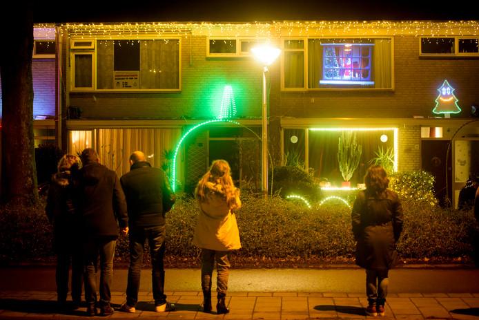 Erik Rakhorst had al een paar jaar een kerstlichtshow in zijn eigen voortuin. Hij heeft zijn buren nu zo ver gekregen mee te doen.