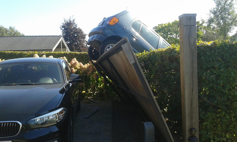Deze auto belandde in een heg in de Belgische gemeente Halle-Zoersel.