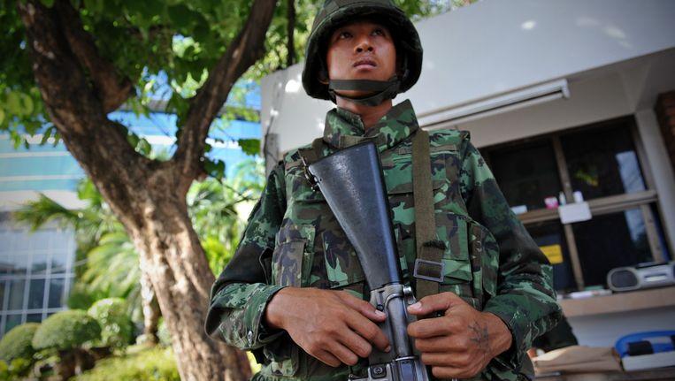 Een militair voor de nationale omroep in Bangkok.