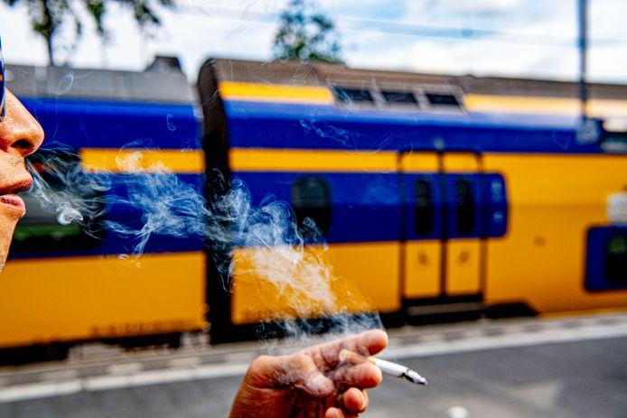 Roken bij een rookzone op het perron.