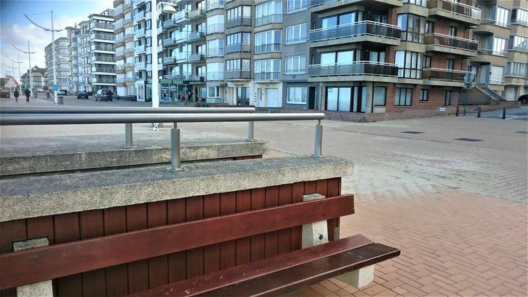 Op dit bankje schuin tegenover haar appartement op de Zeedijk, werd de vrouw maandagmorgen aangetroffen.