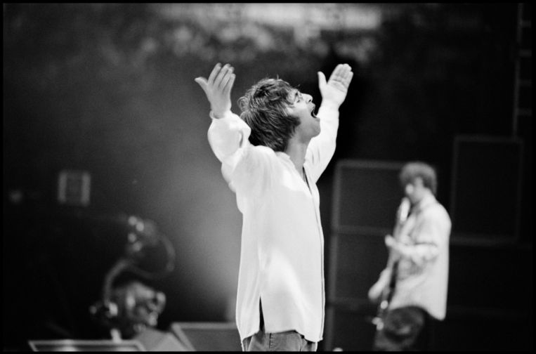 Liam Gallagher op het podium, Manchester, 1996 Beeld Jill Furmanovsky