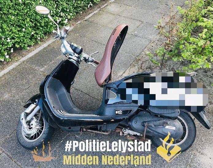 De verdachten reden in de buurt van de Oostkaap in Lelystad rond op deze scooter.