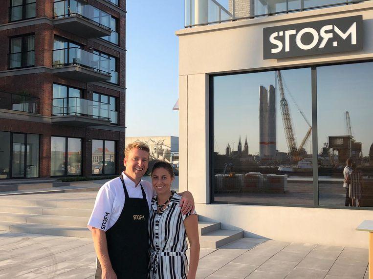 Michiel Rabaey en Nathalie Hiele voor hun restaurant aan de Hendrik Baelskaai.