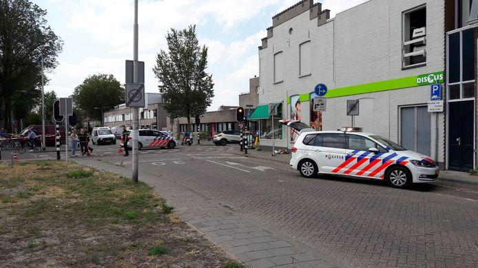 Politie bij de plaats van de steekpartij aan de Lange Nieuwstraat in Tilburg.