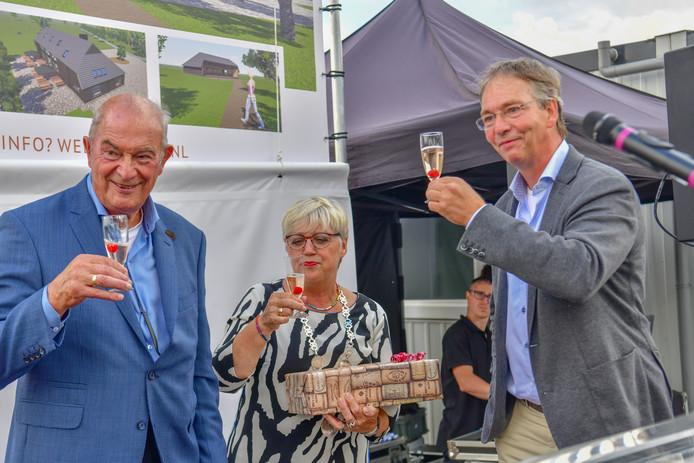 Jan Zeeman proost op het landgoed. Rechts zijn zoon Tom, in het midden waarnemend burgemeester Jetty Eugster van Reusel-De Mierden.