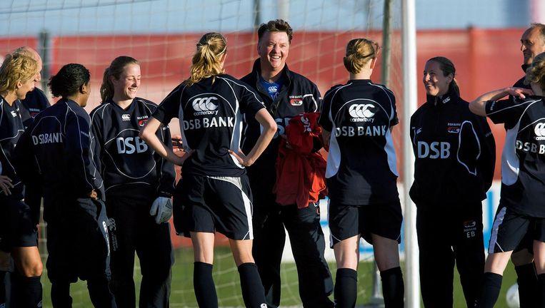 In 2009 verzorgde Louis van Gaal op verzoek een training van de AZ-vrouwen. Hij had er zichtbaar plezier in. Beeld Guus Dubbelman / de Volkskrant