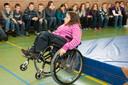 Inge Caljouw bij een behendigheidsdemonstratie in 2011 voor leerlingen van obs Duiveland, locaties Nieuwerkerk en Sirjansland.