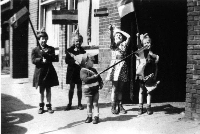 Kindervreugde in de Dorpsstraat op de dag van de bevrijding, 5 mei 1945.