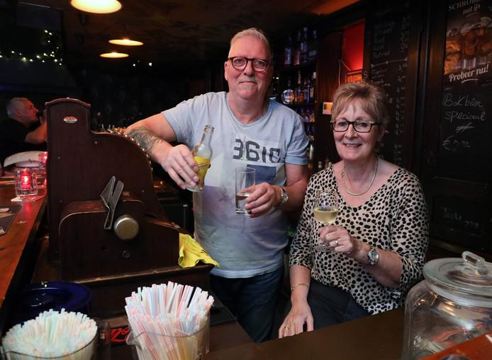 Ad (links) en Gerda de Brouwer voor nog even in café De Pieper.