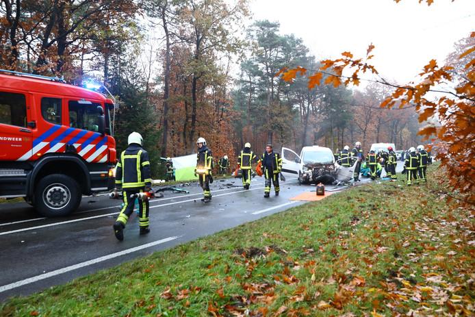 De ravage na de aanrijding op de Eperweg in Nunspeet. Foto: News United Stefan Verkerk