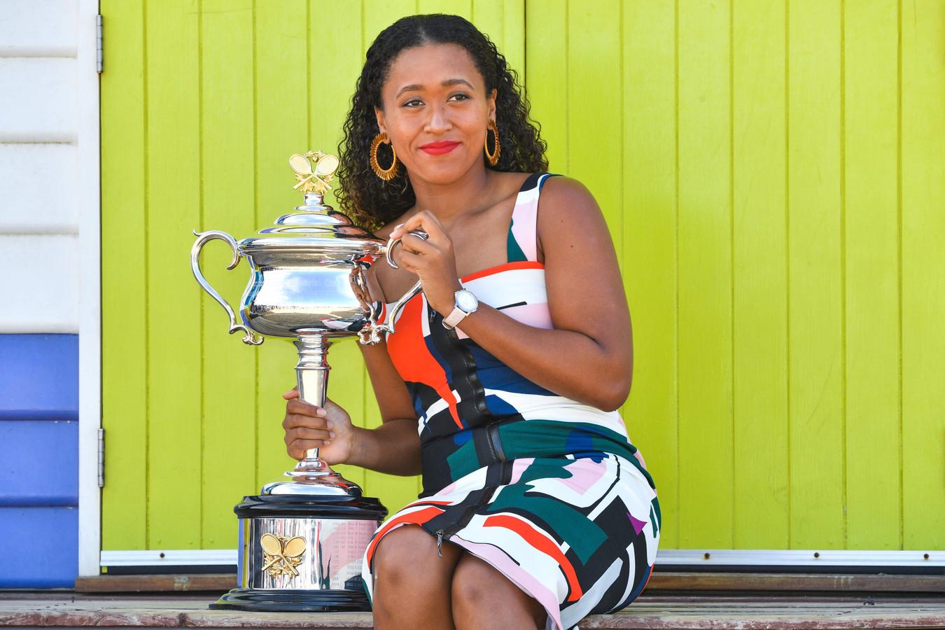 Osaka met de trofee als winnares van de Australian Open.