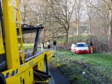 Auto vliegt uit bocht: afrit A50 naar Apeldoorn afgesloten