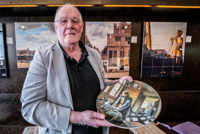 Tom Wagemans in het Vermeer Centrum Delft, met een door de Chinese kunstenaar Wan Li gemaakt bord met een afbeelding van 'daer een signeur syn handen wascht in een doorsiende kamer', een verloren schilderij van Vermeer.