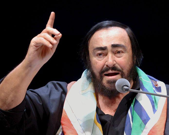 De Italiaanse tenor Luciano Pavarotti. Een Amersfoorter die verdacht wordt van wapenhandel nam zijn naan aan als pseudoniem.