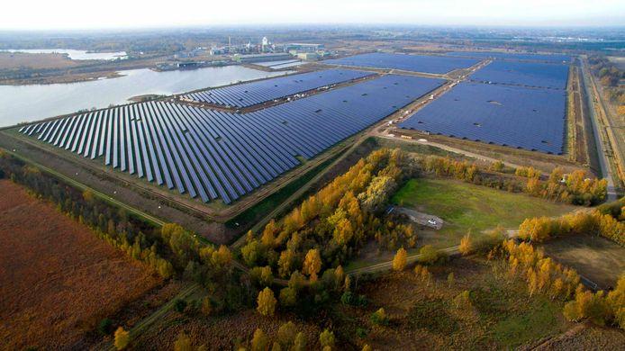 De zonnepanelen zijn gerealiseerd op gesloten bekkens met 'zinkafval' van zinksmelter Nyrstar. Het hele project heeft ongeveer 36 miljoen euro gekost.
