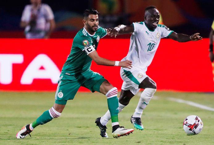 Riyad Mahrez in duel met Sadio Mané tijdens het pouleduel op 27 juni. Algerije won toen met 1-0 van Senegal. Vanavond staan de landen tegenover elkaar in de finale van de Afrika Cup.