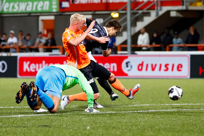 Volendam-doelman Jordi van Stappershoef (op zijn knieën) zit mis en ook zijn verdediger Daan Klinkenberg kan de goal van Rauno Sappinen niet meer voorkomen.